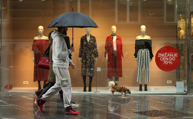Zaradi nizkih cen oblačil nekateri ljudje in okolje plačujejo visoko ceno. FOTO: Jure Eržen/Delo