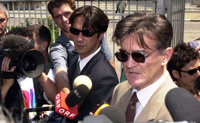 Dragoslav Ognjanović leta 2001 ob prihodu iz zapora, kjer je obiskal Slobodana Miloševića.FOTO: Darko Vojinović/AP