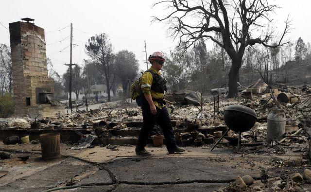 Požar Carr, ki divja v bližini kalifornijskega mesta Redding, je uničil približno 500 domov. FOTO: Marcio Jose Sanchez/AP