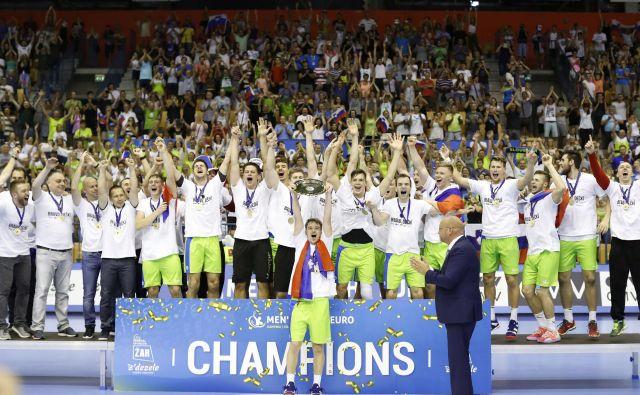 Mladi rokometaši so se pred domačimi navijači veselili naslova evropskih prvakov. Foto Jure Eržen/Delo