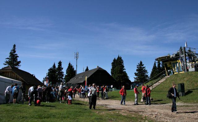 Turisti na Planji pod vrhom Rogle. FOTO: Brane Piano