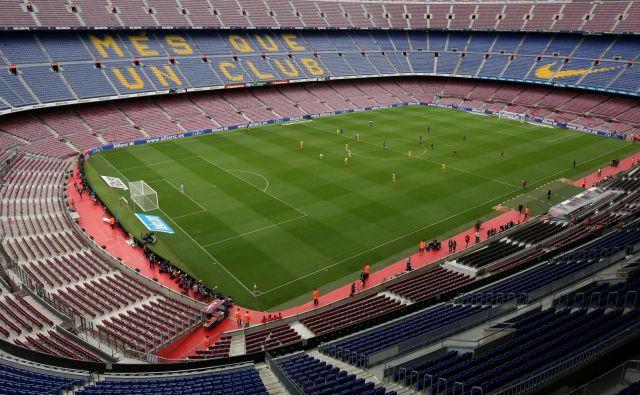 Svetišče nogometnih privržencev Barcelone Camp Nou ni le gladiatorska arena, marveč prizorišče, na katerem navijači s plačanimi vstopnicami jasno izražajo mnenje o tem, kaj si mislijo o igri moštva in posameznikov.<br /> Foto Reuters