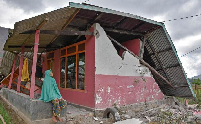 Porušenih je več tisoč domov, zato so mnogi Indonezijci v trenutku postali brezdomci. FOTO: Reuters