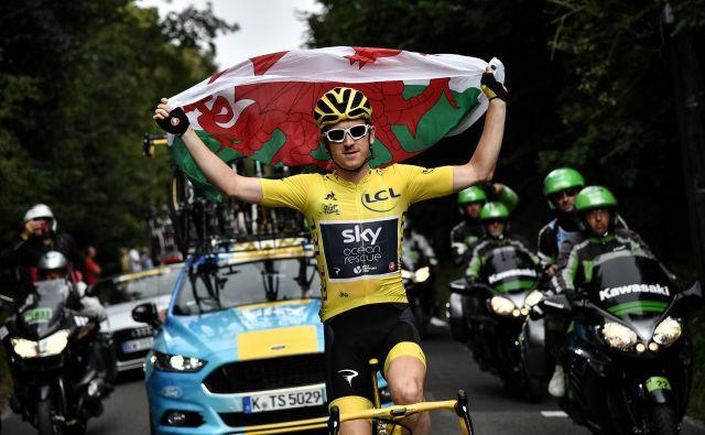 Geraint Thomas je visoko v zrak dvignil valižansko zastavo. Z zmago na Touru je dosegel največjo lovoriko v karieri. FOTO: Reuters