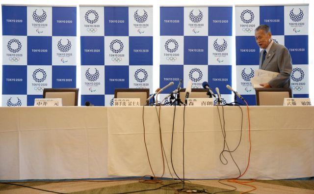 Predsednik organizacijskega odbora OI Tokio 2020 Joširo Mori pred novinarsko konferenco. FOTO Reuters