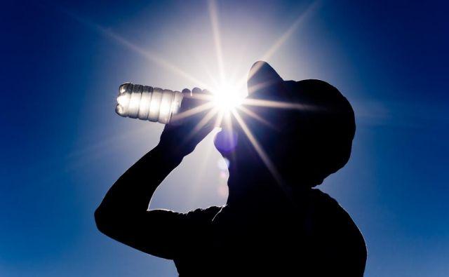 V vročini se boste učinkoviti ohladili tudi, če boste popili veliko vode.