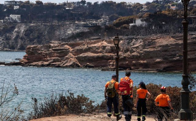 Reševalci so doslej iz vode potegnili osem trupel. FOTO: Louisa Gouliamaki/AFP