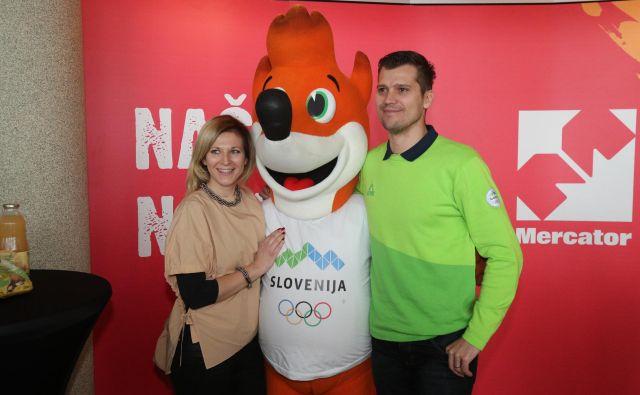 Tik pred koncem športne poti se je Marcel z ženo Veroniko in slovensko olimpijsko maskoto razveselil poti v Pjongčang.<br /> FOTO: Marko Feist