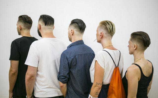 Za ponedeljkov uvod v <em>Fotopub</em> se je peterica sodelujočih predstavila v prazni galeriji. Povezalo jih je reproduciranje iste pričeske. FOTO: Janez Klenovšek