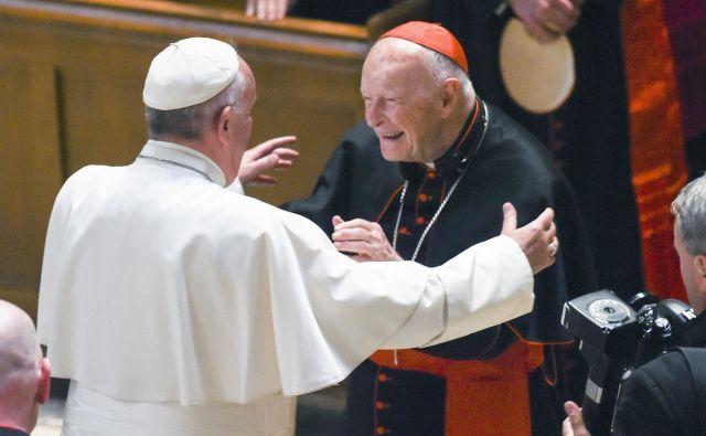 Kardinal Theodor McCarrick, na fotografiji med sprejemom papeža Frančiška v washingtonski katedrali, je veljal za dobrega prijatelja ameriškega predsednika Georgea Busha. FOTO: AP