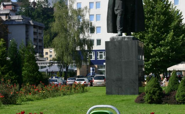 Titov trg s spomenikom Titu in Velenjskim gradom v ozadju FOTO: Brane Piano