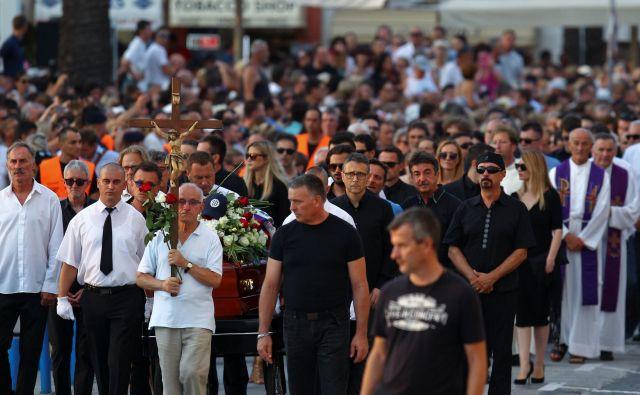 Povsod, kjer se poslavljajo od Oliverja Dragojevića, je dolga vrsta žalujočih. FOTO: Reuters