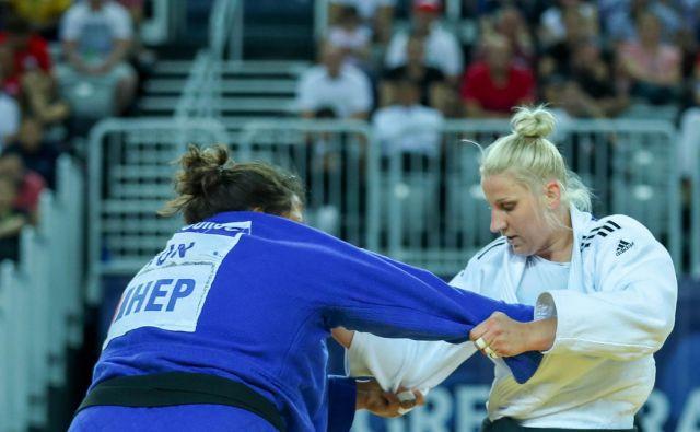 Ana Velenšek (desno) je v finalu turnirja za veliko nagrado v Zagrebu prisilila k vdaji kar 50 kilogramov težjoTunizijko Nihel Cheikh Rouhou. FOTO: Marina Mayorova/IJF