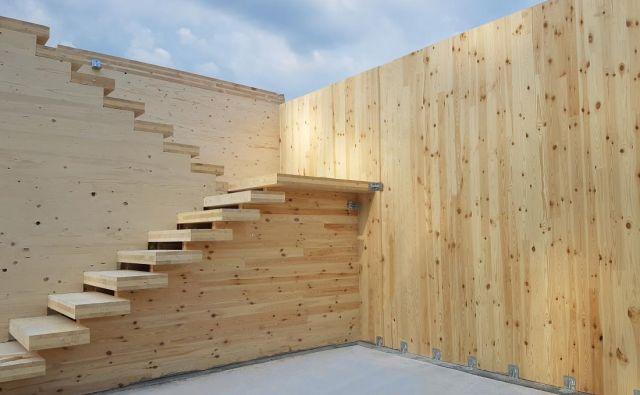 X-lam konstrukcija s stopniščem v fazi montaže. Foto Arhiv Podjetja Cbd