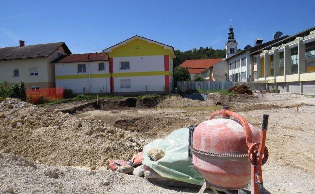 Zaradi katastrofalnih prostorskih razmer v ižanski osnovni šoli je tamkajšnja občina začela graditi šolski prizidek. FOTO Bojan Rajšek