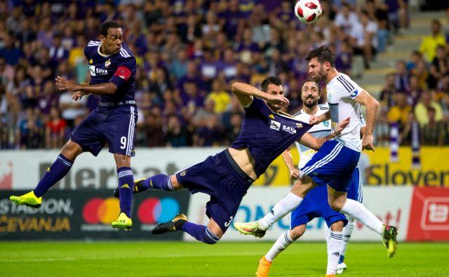 Marcos Tavares (levo) se je dan po novi pogodbi odrezal še z golom za končnih 2:0. Foto Mavric Pivk