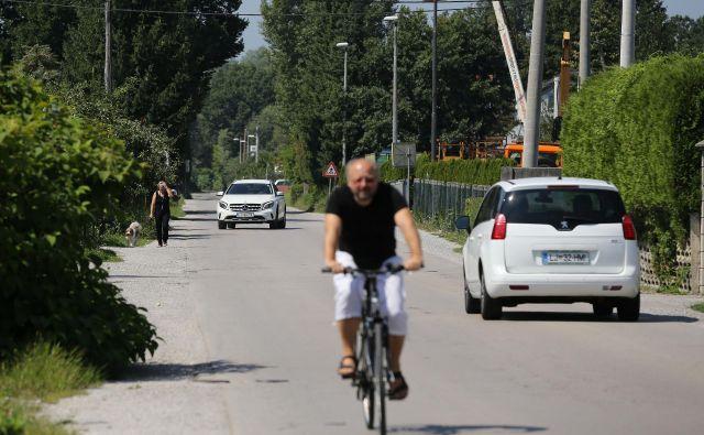 Cesta dveh cesarjev je vse bolj promeno obremenjena, ogroženi pa so tudi kolesarji in pešci. FOTO: Leon Vidic