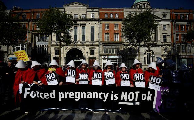 Aktivistke v kostumih dekel pred glasovanjem o liberalizaciji splava na Irskem FOTO: Clodagh Kilcoyne/Reuters