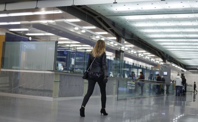 Bančna okenca kljub digitalizaciji ostajajo pomemben tržni kanal. FOTO: Leon Vidic/Delo