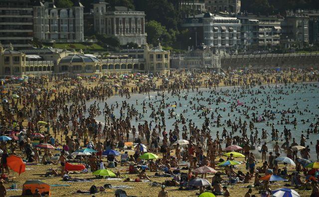 Španske plaže so natrpane. FOTO: Alvaro Barrientos/Ap