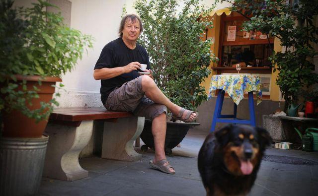 Drago Mislej - Mef, pisec besedil za popevke, kitarist, glasbenik, urednik in novinar.<br /> FOTO: Leon Vidic/delo