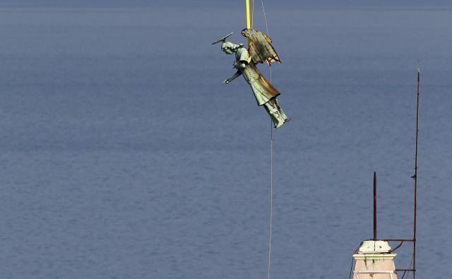 Za varen pristanek so poskrbeli piloti Slovenske vojske. FOTO: Matej Družnik