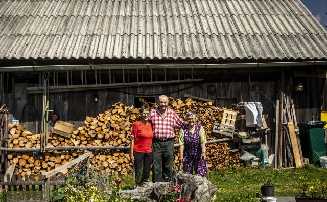Ivica Torkar ter Francelj in Mojca Benedik pred njunim stanom na planini Goreljek. Ko ne bo več živine in ljudi, ki so pripravljeni gospodariti po planinah, se bodo zarasle, je zaskrbljen Francelj.<br /> <br /> <em>FOTO </em>Voranc Vogel