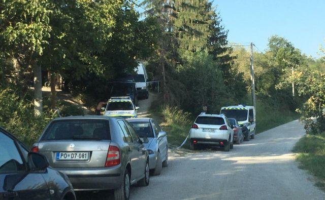 Policija v vasi Krkavče, kjer se je zgodil umor. FOTO: Jaroslav Jankovič