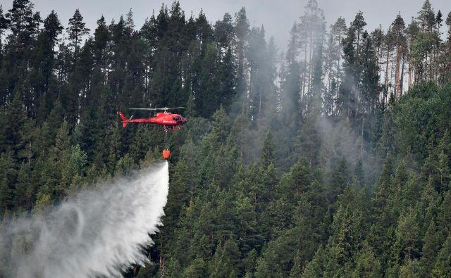 Pri gašenju najobsežnejših požarov v švedski zgodovini je bilo mobiliziranih več kot 360 gasilcev, sedem letal, šest helikopterjev in 67 vozil. FOTO: Reuters