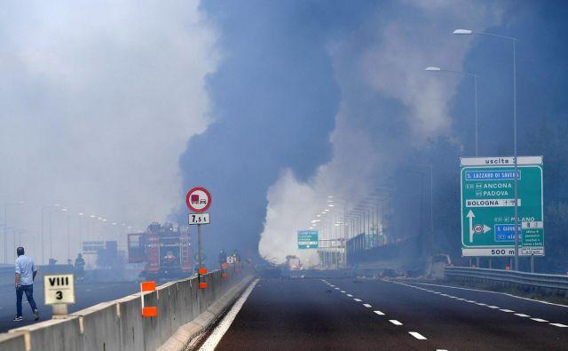 Na delu so številni gasilci in drugi reševalci. FOTO: Stringer Reuters