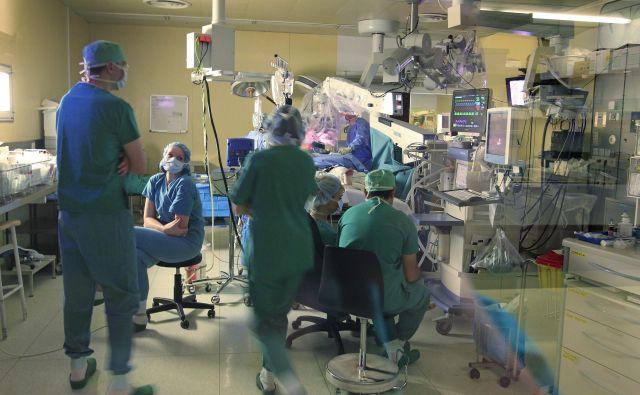 Poseg SIRT je timsko delo, pri katerem poleg dveh specialistov intervencijske onkologije sodelujejo še specialist nuklearne medicine, medicinski sestri inštrumentarki, radiološka inženirja in fizik. FOTO: Leon Vidic