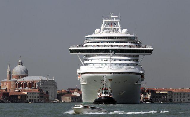 V Benetkah se s trumami turistov spopadajo tudi tako, da velike potniške ladje preusmerjajo stran od središča. FOTO: Reuters