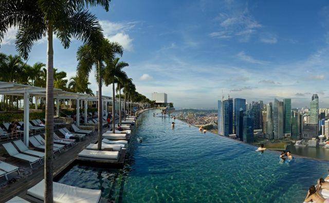 Kopanje v Marina Bay Sands v Singapurju se hotelskim gostom ponuja na višini 191 metrov pod oblaki.