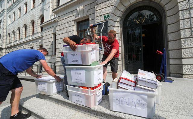 Na ljubljansko sodišče so pripeljali obtožnico v 50 škatlah. FOTO: Marko Feist