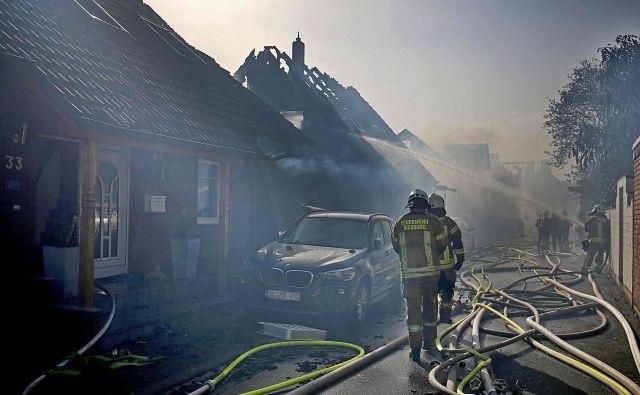 Ogenj se je zaradi dolgotrajne suše hitro razširil na stanovanjske objekte v bližini. FOTO: Oliver Berg/Afp