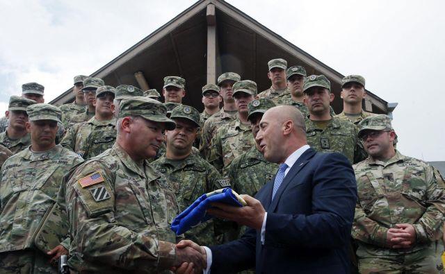 Ramush Haradinaj z ameriškimi vojaki na Kosovu. FOTO: Visar Kryeziu/Ap