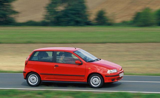Fiat punto v svoji prvi izdaji iz leta 1993, ki je bila na trgu daleč najbolj uspešna. Nekaj let po uvedbi je bil to celo najbolj prodajan avtomobil v Evropi. FOTO: Fiat