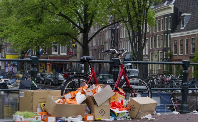 Za odlaganje smeti na ulici vas lahko doleti denarna kazen v višini 140 evrov. FOTO: United Photos/Reuters