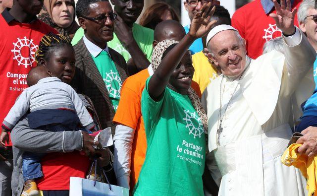 Papež Frančišek se pogosto fotografira in druži z migranti, kar mu skrajni desničarji zelo zamerijo. FOTO: Reuters