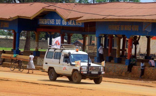 Reševalno vozilo organizacije Zdravnikov brez meja v severnem delu province Kivu v Demokratični republiki Kongo. FOTO: Stringer/Reuters