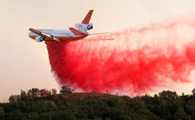 V Kaliforniji sta se združila dva gozdna požara, s čimer je nastal največji požar v zgodovini te države. FOTO: Reuters/Fred Greaves