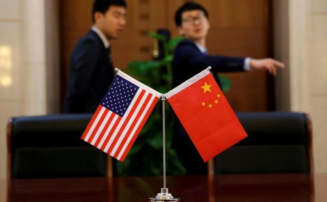 Kitajski strokovnjaki se čedalje glasneje sprašujejo, kako bi moral Peking odgovoriti na ameriške carinske napade. FOTO: Reuters