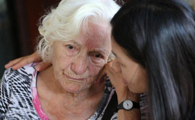 Znanstveniki menijo, da je kombinacija terapije, preventive in zdravega življenjskega sloga pravi pristop k reševanju problematike demence. FOTO: Apichart Weerawong/AP