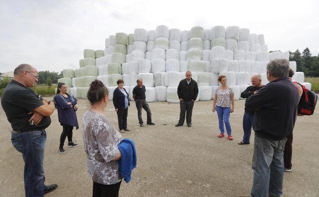 Bale stisnjene odpadne plastike, zavite v plastično folijo, je Publikus navozil v Študo konec maja, do zdaj pa jih še ni odpeljal kljub inšpekcijski odločbi. FOTO: Leon Vidic