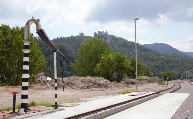 Ostanki odpadne onesnažene zemlje pri gradnji nove celjske potniške železniške postaje. FOTO: Brane Piano