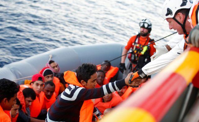V primerjavi z enakim obdobjem lani se je letos število migrantov, ki so v Evropo prišli po morju, zmanjšalo za polovico. FOTO: Yara Nardi/Reuters