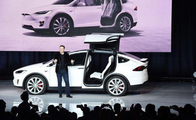 Za umik delnic z borze bo moral največji lastnik in šef Tesle Elon Musk najti vlagatelje, ki bodo zagotovili izplačilo delničarjev, upnikov in nekajletno financiranje poslovanja družbe, ki še vedno odnaša denar. Foto AFP
