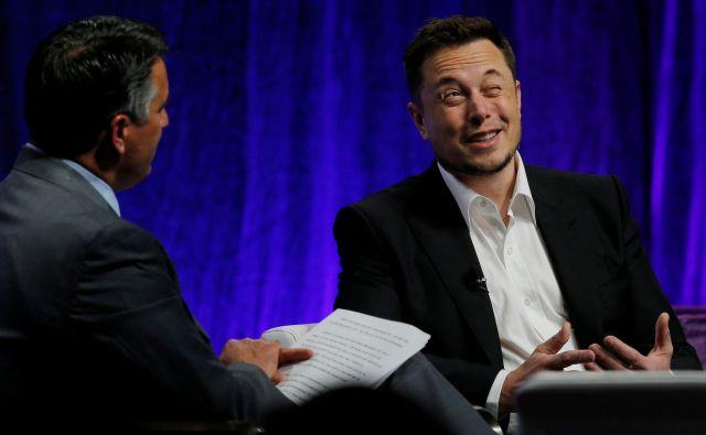 Napačno je misliti, da bo imel Elon Musk več miru pred vlagatelji, če se odloči za umik. Prav nasprotno. FOTO: Brian Snyder/Reuters