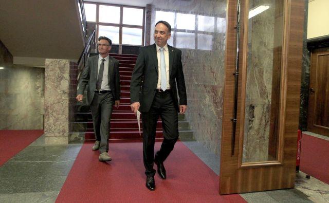 Brane Golubovič je prinesel kandidatoro za mandatarja v parlament. FOTO: Roman Šipić/Delo