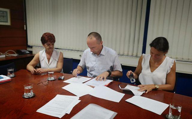 Podpis dogovora med vodstvom podjetja Periteks in sindikati. FOTO: Arhiv sindikata